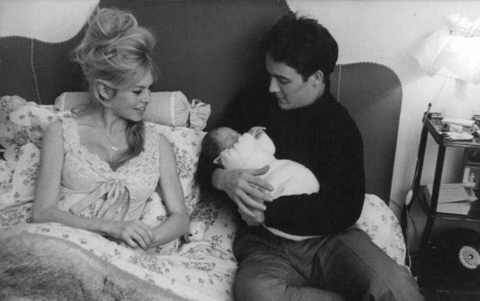 Брижит с новорожденным сыном и Жаком Шарье