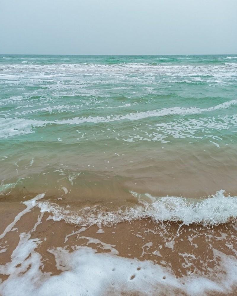 Азовское море ни чем не уступает Черному, только оно мельче и теплее.