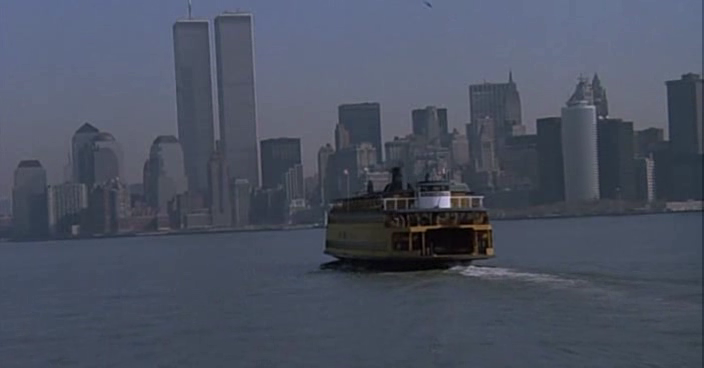 Каждый день на огромном пароме-ковчеге Тэсс плывет  на работу. В землю обетованную - Уолл-стрит на Манхэттене. Да, ее мечта жить на Манхеттене.