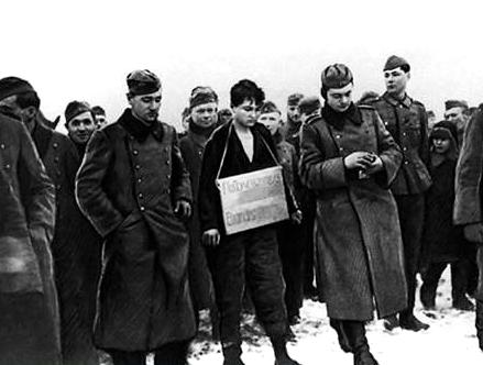 Партизанка Зоя Космодемьянская перед казнью.
