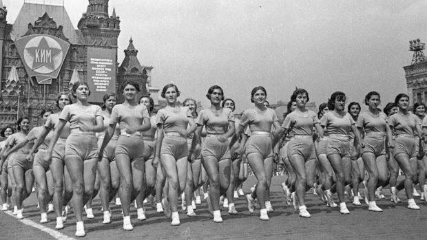 Девушки-физкультурницы на параде