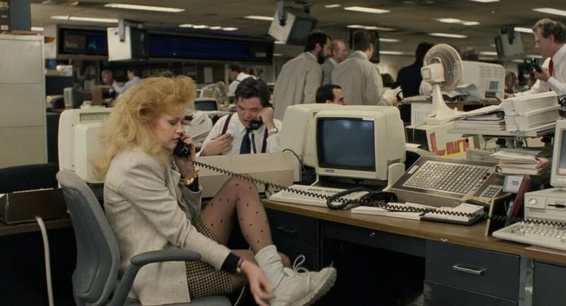 Гигантский начес, мини-юбка, колготки в горошек и кроссовки на толстом носке, которые она сейчас поменяет на туфли. Простая рабочая девчонка с Нью-Йоркской окраины.