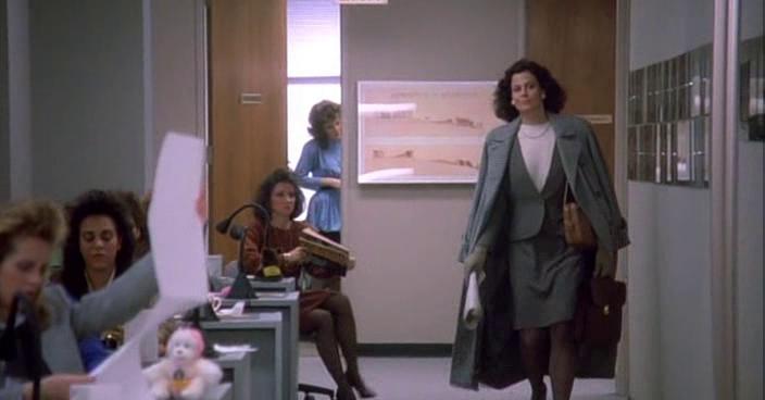 Вот такой Тэсс впервые видит свою начальницу. Элегантно накинутое пальто, строгий серый костюм с белой блузкой. Сама доброжелательность и вежливость. Настоящие аристократы никогда не должны опускаться до своих холопов.