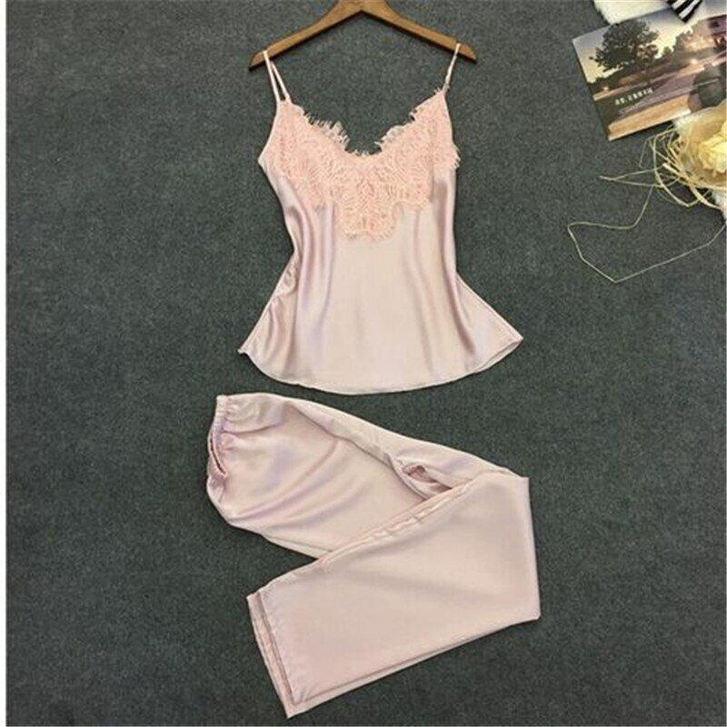 Пижама женская шелковая на манекене